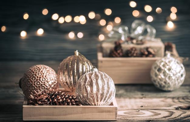 Fond De Fête De Noël Ou Du Nouvel An, Jouets Vintage Sur L'arbre De Noël Sur Un Fond En Bois Avec Une Guirlande De Lumières Photo Premium