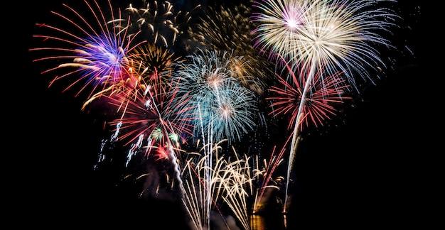 Fond de feux d'artifice grand blanc, rouge, or et bleu pour la célébration du nouvel an Photo Premium