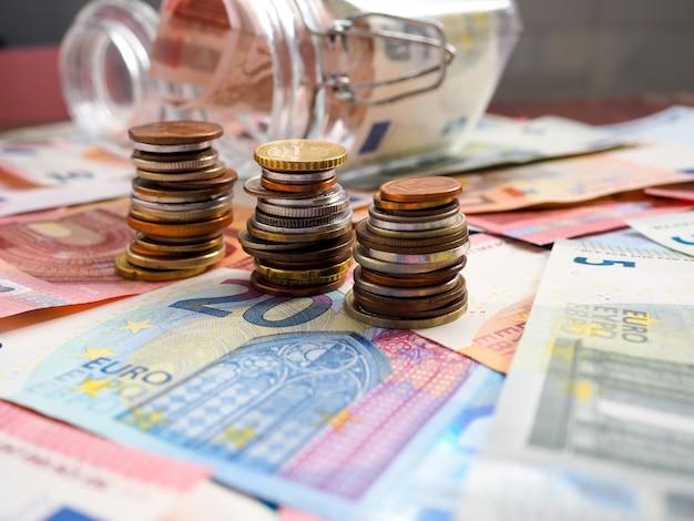 Fond de la finance avec de l'argent et pc Photo Premium