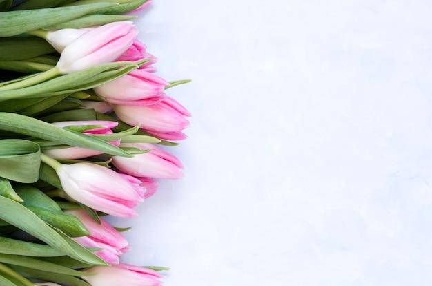 Fond Floral Avec Des Fleurs De Tulipes Sur Fond Abstrait Bleu. Photo Premium