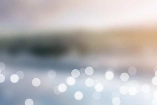Fond flou exterieur en plein air, beau lac avec réflexion sur l'eau Photo Premium