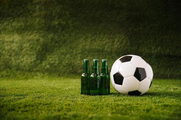 Fond de football avec de la bière et de la balle Photo gratuit