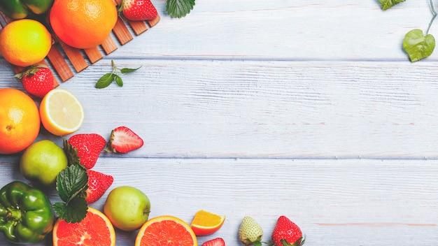 Fond de fruits frais en été. sur une table en bois blanche. Photo Premium