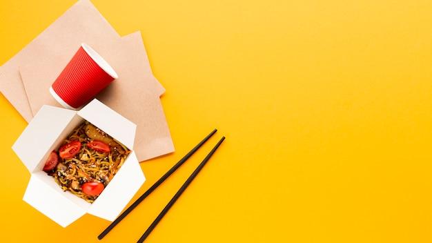 Fond jaune avec de la nourriture chinoise Photo gratuit