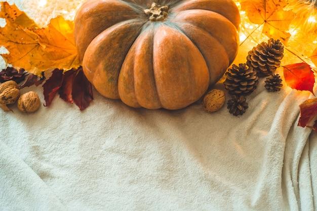 Fond De Joyeux Thanksgiving Day, à La Maison Décorée De Citrouille, De Cônes, De Noix Et De Feuilles D'automne. Belle Scène De Concept De Festival D'automne De Vacances Automne, Récolte Photo Premium