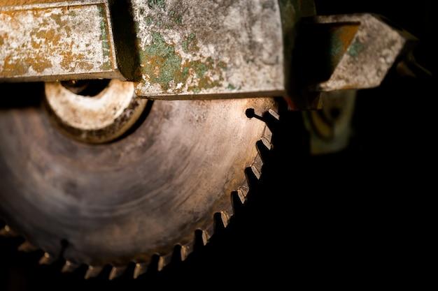 Fond de lame de scie industrielle noir, espace copie. Photo Premium