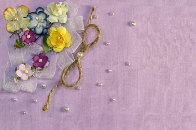 Fond lilas avec des fleurs et des décorations Photo Premium