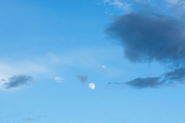 Fond de lune et ciel bleu dans la journée Photo Premium