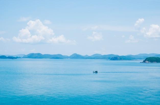 Fond de la mer bleue contre le ciel Photo gratuit