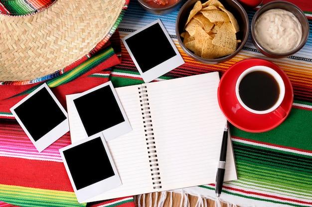Fond mexicain avec livre d'écriture ou album photo, tirages vierges Photo Premium