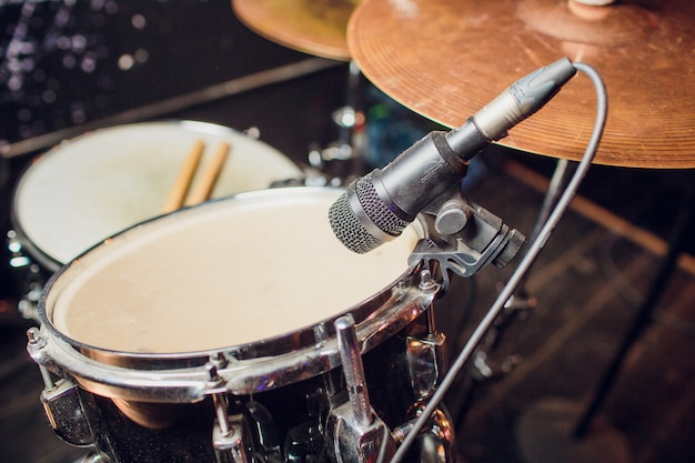 Fond De Musique Live Aux Tons Vintage, Le Batteur Joue Avec Des Baguettes Sur Un Ensemble De Batterie Rock Photo Premium