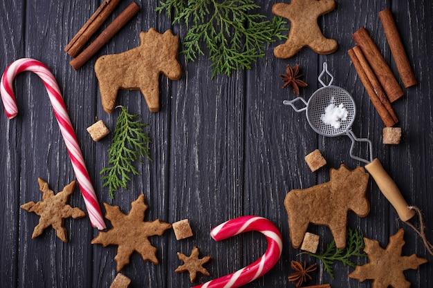 Fond de noël avec des biscuits, des arbres et de la cannelle. mise au point sélective, vue de dessus Photo Premium