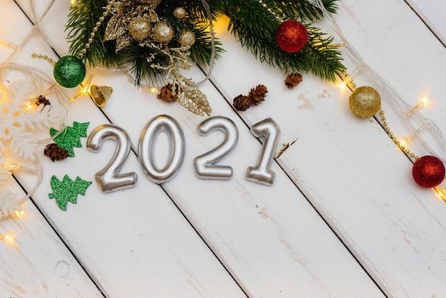 Fond De Noël Blanc Décoré De Décor De Fête, Lanternes, Flocons De Neige Et Branches D'arbres De Noël Photo Premium
