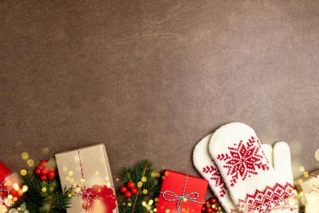 Fond De Noël Avec Boîte-cadeau, Arbre De Noël, Lumières, Mitaines Et Décorations Photo Premium