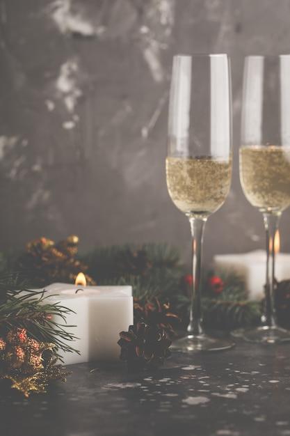 Fond de noël, bougies et sapin de noël Photo Premium