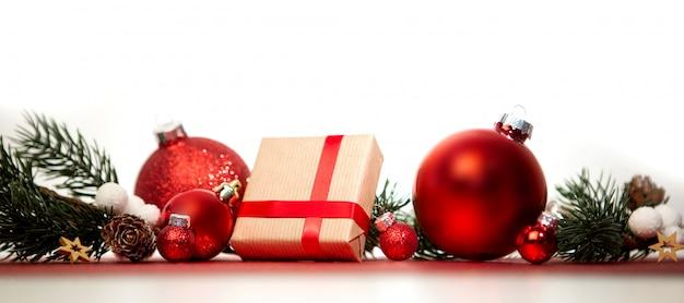 Fond de noël avec des boules de noël, des cadeaux et de la décoration Photo Premium