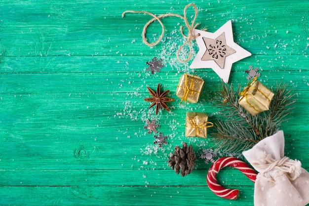 Fond De Noël, Décorations Sur Un Bureau En Bois émeraude, Style Plat Photo Premium