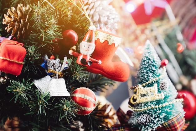 Fond de noël avec des décorations et des coffrets cadeaux en bois Photo Premium