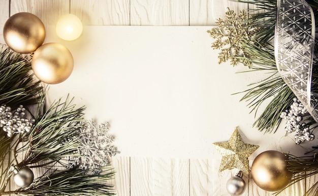 Fond de noël avec des décorations sur une planche de bois Photo Premium