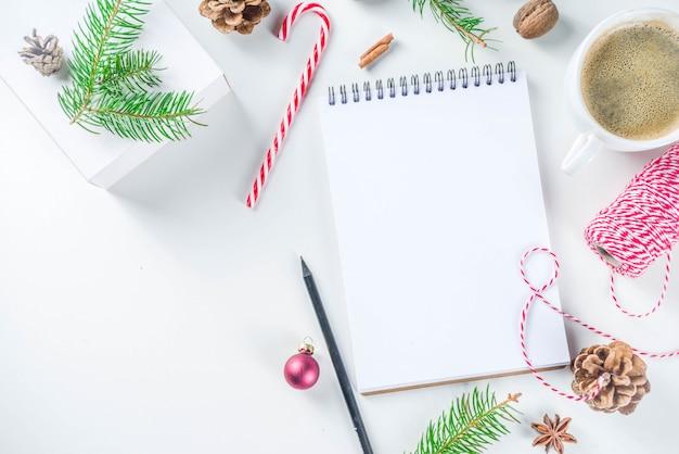 Fond de noël et du nouvel an avec bloc-notes vide Photo Premium