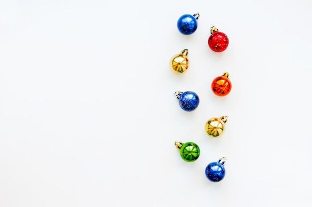 Fond de noël et du nouvel an avec des boules colorées brillantes. flay lay, vue de dessus. place pour le texte. Photo Premium