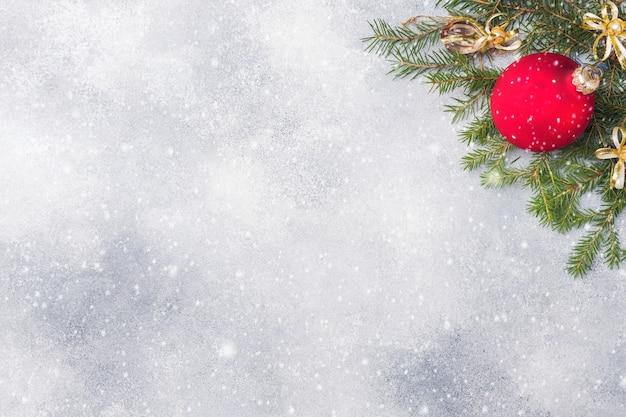 Fond De Noël, Jouets Et Branches De Sapin Sur Fond Gris Photo Premium