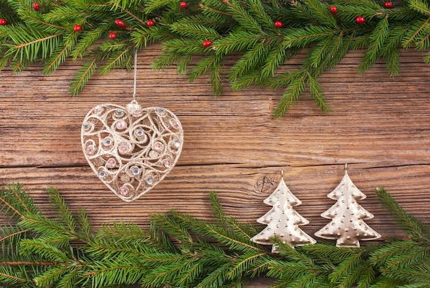Fond de noël sapin de noël, jouet d'arbre de noël, cadeaux sur le vieux fond de planche de bois avec espace de copie. tonique Photo Premium