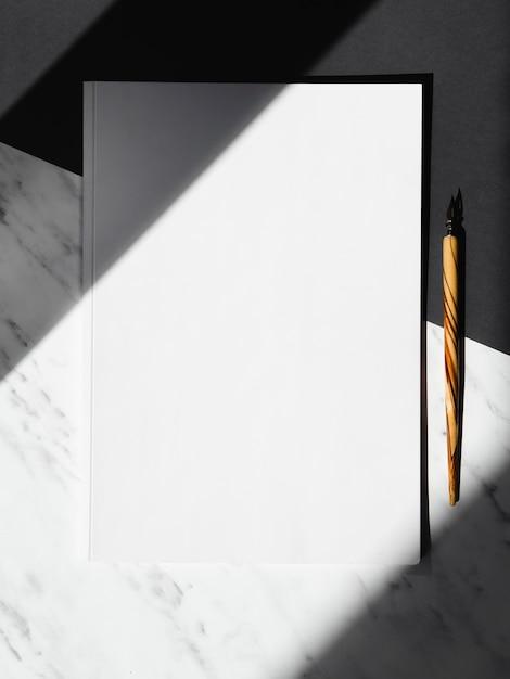 Fond Noir Et Blanc Avec Un Blanc Vide Et Un Pincement En Bois Divisé Par Des Ombres Photo gratuit