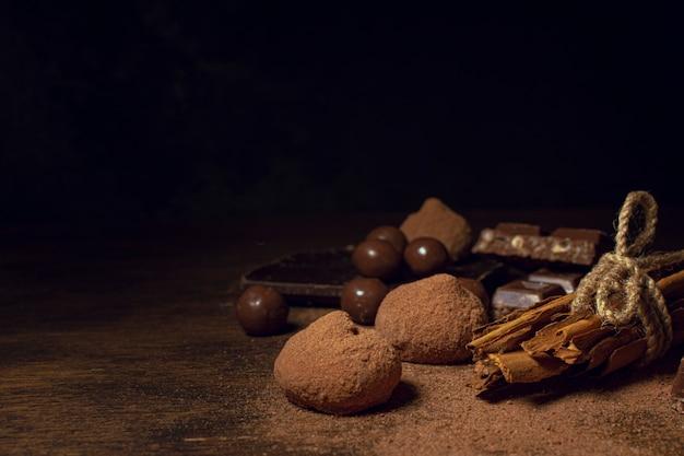 Fond Noir Avec Une Variété De Chocolat Photo Premium