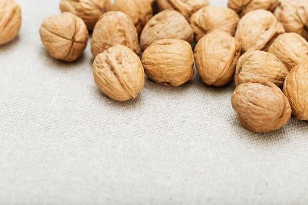 Fond de noix sur une surface textile légère avec espace de copie. Photo Premium
