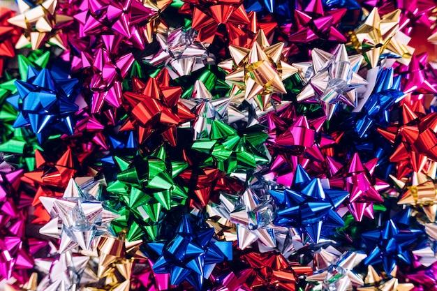 Fond de nombreux noeuds pour décorer des cadeaux de noël de différentes couleurs. Photo Premium