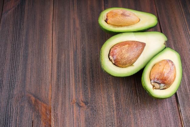 Fond de nourriture avec un avocat bio frais sur une vieille table en bois, Photo Premium