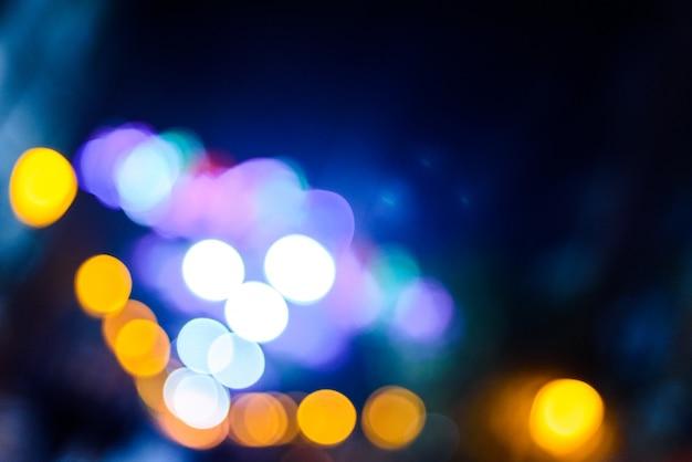 Fond de nuit urbaine défocalisé avec des cercles colorés. Photo Premium
