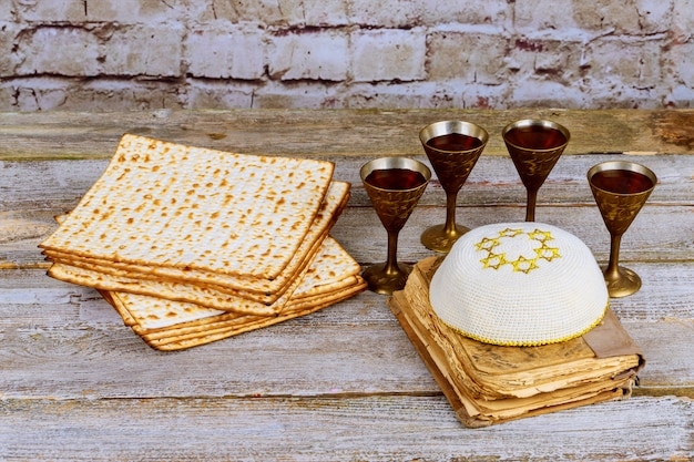 Fond de la pâque vin et pain de vacances juif matzoh sur planche de bois. Photo Premium
