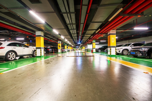 Fond de parking souterrain vide avec espace de copie Photo Premium