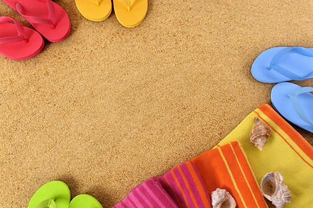 Fond plage avec une serviette et tongs Photo gratuit