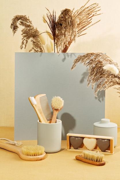 Fond Avec Des Plantes D'automne Et Des Ustensiles De Salle De Bain Zéro Déchet Aux Couleurs Pastel Photo Premium