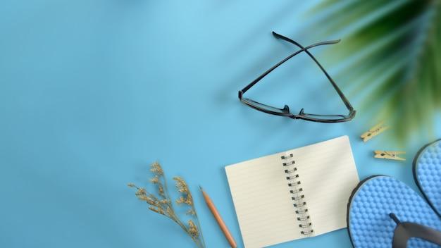 Fond plat, espace de travail vue de dessus bleu plat. concept de blogueur voyageur élégant de l'été. Photo Premium