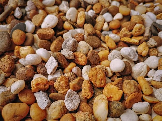 Fond plein cadre de petites pierres de galets brunes et blanches Photo Premium