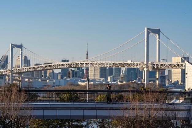 Fond de pont arc-en-ciel situé à odaiba, tokyo, japon. Photo Premium