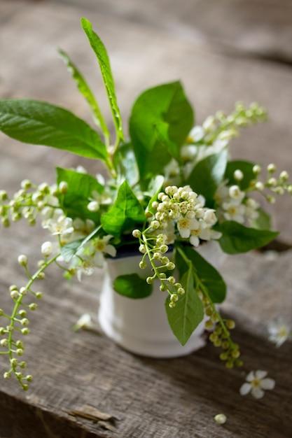 Fond De Printemps. Belles Fleurs Blanches Fraîches De Cerisier Des Oiseaux Sur Fond En Bois. Photo Premium