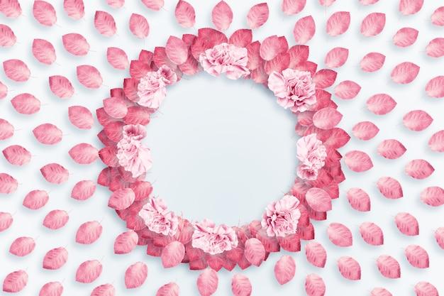 Fond de printemps, cadre rond, guirlande d'oeillets roses et rouges sur fond clair Photo Premium
