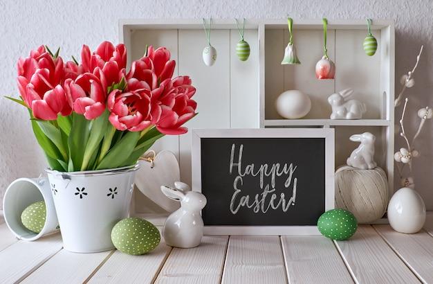 Fond de printemps avec des décorations de pâques et un tableau de craie, texte Photo Premium