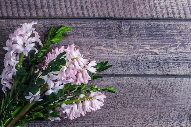 Fond de printemps avec des jacinthes, bouquet de jacinthes Photo Premium