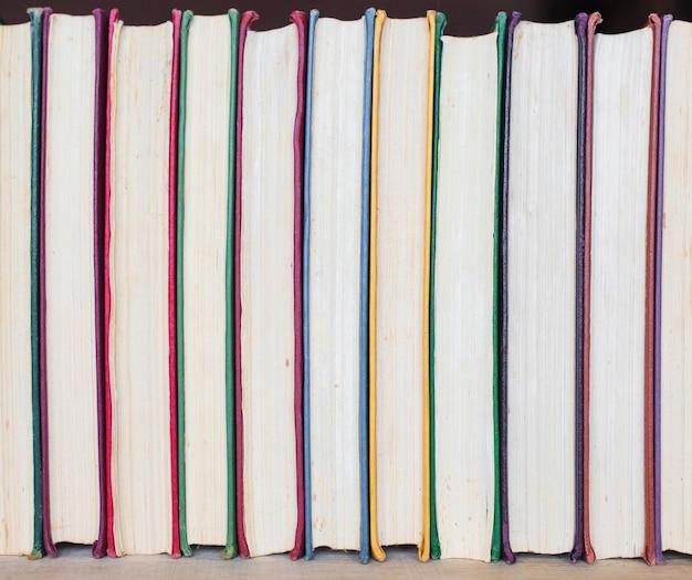 Fond De Racines Multicolores De Vieux Livres. Copiez L'espace. Photo Premium