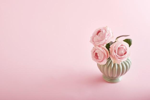 Fond rose avec des fleurs Photo Premium