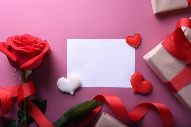 Fond De Saint Valentin Carte De Voeux Symboles D'amour, Décoration Rouge Avec Des Lunettes Coeur Roses Cadeaux Sur Fond Rose. Vue De Dessus Avec Espace De Copie Et Texte. Photo Premium