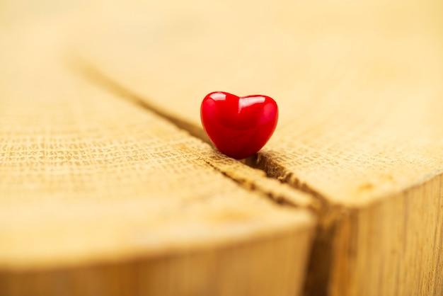 Fond De Saint Valentin Avec Des Coeurs. Coeur Rouge Sur Vieux Bois. Carte De Vacances Avec Espace Copie. Photo Premium