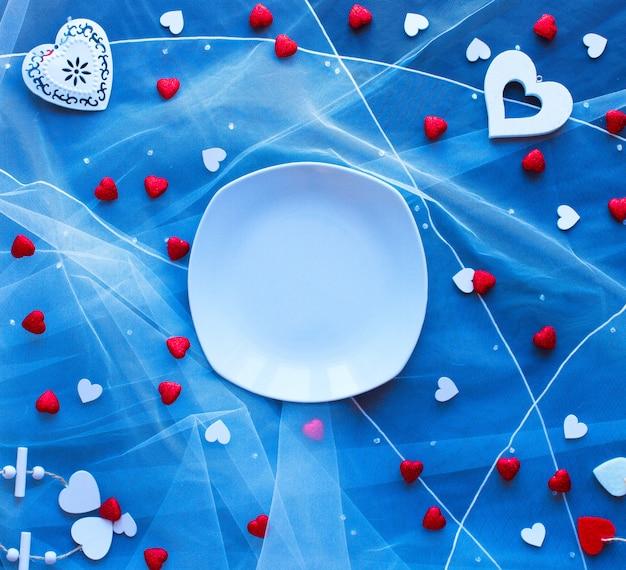 Fond de saint valentin, avec des coeurs et divers éléments romantiques Photo Premium