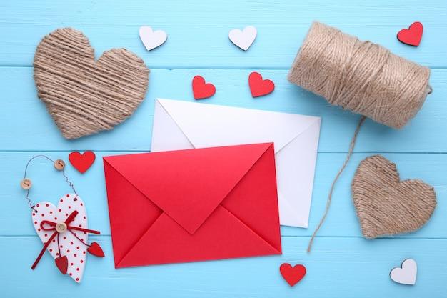 Fond de saint valentin avec décoration. composition sur une table en bois bleue. Photo Premium
